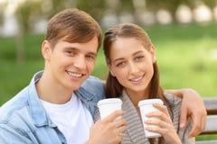 Café potable de couples positifs Images stock