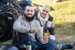 Café potable de couples près de moto Photographie stock libre de droits