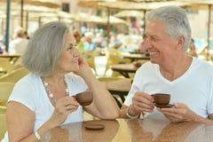 Café potable de couples supérieurs Photo libre de droits