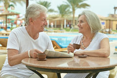 Café potable de couples supérieurs Photo stock