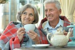 Café potable de couples supérieurs Photographie stock libre de droits