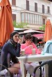 Café potable de détente de deux femmes à un café Image libre de droits