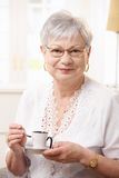 Café potable de femme aîné à la maison Images libres de droits