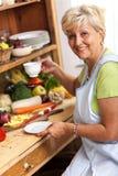 Café potable de femme aînée Photo stock