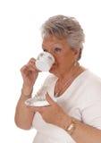 Café potable de femme aînée Photos stock