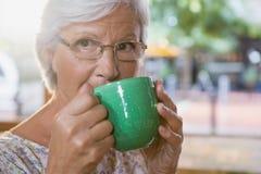 Café potable de femme aînée Photo libre de droits
