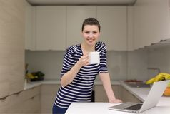 Café potable de femme appréciant détendant le mode de vie Photo libre de droits