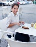Café potable de femme au café Photo libre de droits