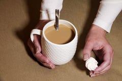 Café potable de femme avec du lait/latte et meringue de consommation Images libres de droits