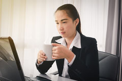 Café potable de femme d'affaires Images stock