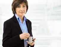 Café potable de femme d'affaires aînée Photos stock