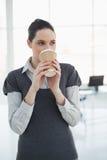 Café potable de femme d'affaires assez jeune Photo libre de droits