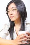 Café potable de femme d'affaires chinoise Photographie stock libre de droits
