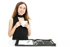 Café potable de femme d'affaires pendant le travail photos libres de droits