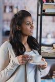 Café potable de femme d'afro-américain à la maison, petit déjeuner Photographie stock libre de droits