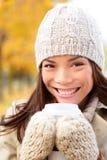 Café potable de femme d'automne en parc de ville de chute Photo stock