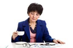 Café potable de femme dans le bureau Images stock