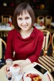 Café potable de femme en café extérieur parisien Photographie stock libre de droits