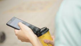 Café potable de femme et regarder le téléphone clips vidéos