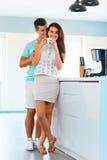 Café potable de femme et son homme l'embrassant D'isolement sur le fond blanc Images stock