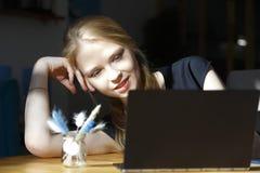 Café potable de femme européenne dans le café et à l'aide de l'ordinateur portable pour le marketing en ligne fonctionnant d'affa image stock