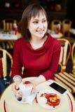 Café potable de femme française en café extérieur à Paris, France Photo stock