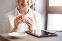 Café potable de femme gaie Image libre de droits
