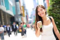 Café potable de femme heureuse dans la forêt de chute extérieure Image stock