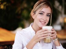 Café potable de femme pendant le matin au restaurant photos libres de droits