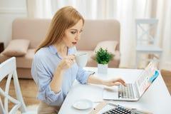 Café potable de femme sûre blonde Images libres de droits