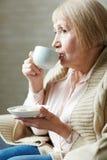 Café potable de femme supérieure en café Images stock