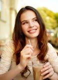 Café potable de fille photographie stock