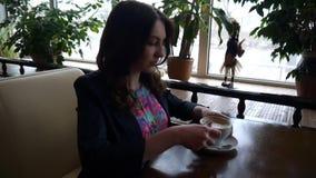 Café potable de fille banque de vidéos