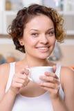 Café potable de fille gaie Photo stock