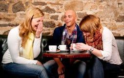 Café potable de gens heureux Images stock