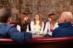 Café potable de gens heureux image stock