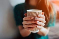 Café potable de jeune belle femme à la barre de café Modèle femelle pendant le matin au restaurant Photo stock