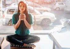 Café potable de jeune belle femme à la barre de café Modèle femelle pendant le matin au restaurant Photos libres de droits
