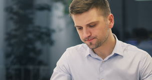 Café potable de jeune d'homme d'affaires d'avocat de docteur de directeur travailleur attirant de banque en café clips vidéos