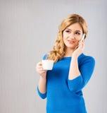 Café potable de jeune et belle femme Images stock