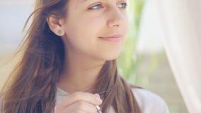 Café potable de jeune femme banque de vidéos