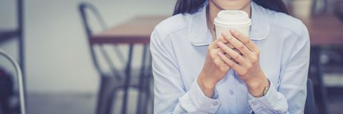 Café potable de jeune femme asiatique de Web de bannière de plan rapproché et pendant le matin au café images libres de droits