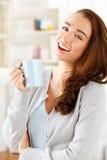 Café potable de jeune femme attirante à la maison image stock