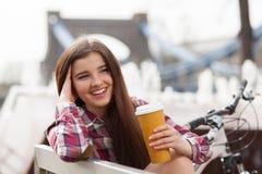 Café potable de jeune femme en voyage de bicyclette Image stock