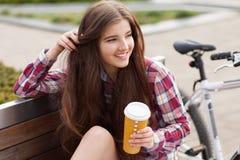 Café potable de jeune femme en voyage de bicyclette Photos libres de droits