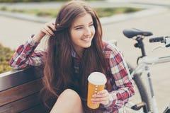 Café potable de jeune femme en voyage de bicyclette Images stock