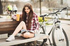 Café potable de jeune femme en voyage de bicyclette Photographie stock