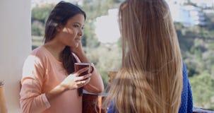 Café potable de jeune femme et utilisation d'un mobile Image libre de droits
