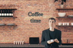 Café potable de jeune homme Images stock