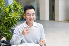Café potable de jeune homme beau à la ville photos libres de droits